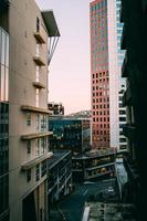 leere Straße zwischen Gebäuden