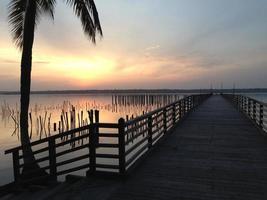 Silhouette einer braunen Brücke auf Sonnenaufgang foto