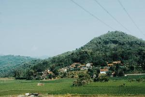 Dorf und Bauernhof am Berg