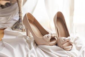 Hochzeitsschuhe auf weißem Stoff foto