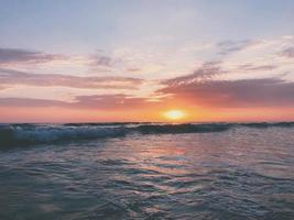 Gewässer zur goldenen Stunde foto