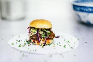 Hamburger auf weißem Teller foto