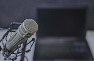 Kondensatormikrofon und Laptop foto