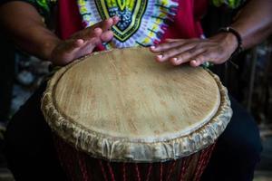 Hände auf Bongo-Trommel
