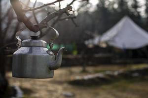 Wasserkocher am Ast hängen