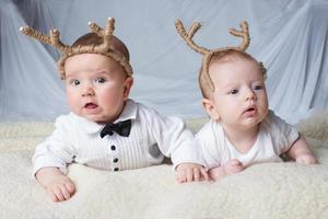 Babys mit Hirschhörnern auf hellem Hintergrund foto