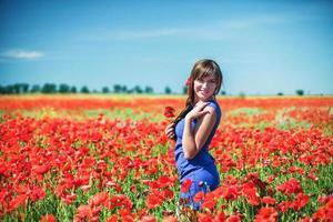 Mädchen mit Mohnblumen foto