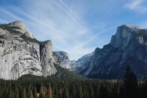 Yosemite Nationalpark unter gemischtem Himmel foto