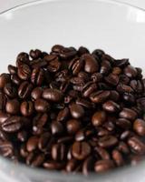 Kaffeebohnen auf weißem Teller