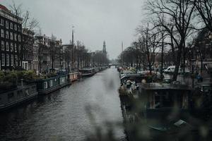 Boot auf dem Fluss in der Nähe von Gebäuden foto