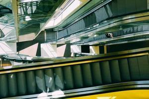 Person auf Rolltreppe
