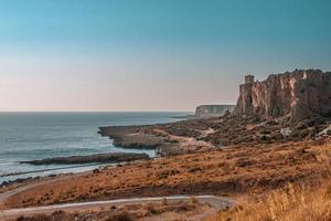 Klippe in der Nähe des Meeres während des Tages
