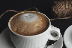 weiße Tasse mit Cappuccino gefüllt foto
