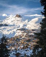 Dorf in der Nähe von schneebedeckten Bergen foto
