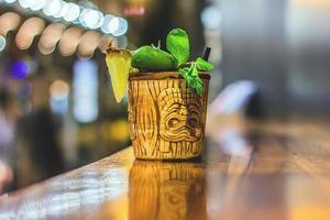 braune Tiki Tasse trinken