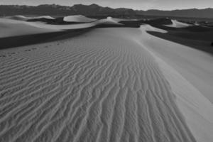 Sanddünen und Berge in Wüstenlandschaft foto