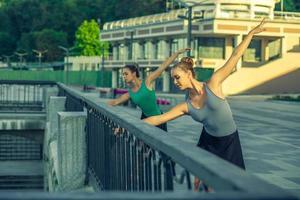zwei junge schöne Zwillingsschwester tanzen Ballett in der Stadt. foto