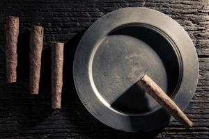 Stillleben von Zigarren und Aschenbecher