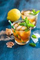 frischer kalter Eistee mit Minze, Eis und Zitronen