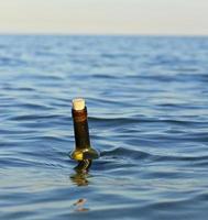 Flasche mit einer geheimen Nachricht foto