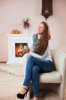 junge Frau mit Weihnachtsball foto