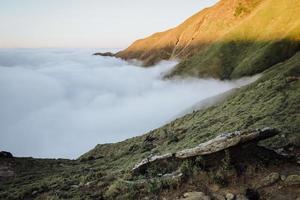 Blick auf nebligen Berg foto