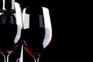 schwarzer Hintergrund des Rotweinglasschattenbildes
