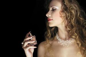 Schönheit mit Parfüm foto