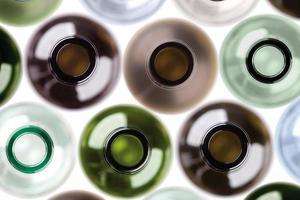 Hintergrund aus leeren Weinflaschen gemacht.