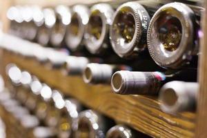 Weinkeller voller Flaschen foto