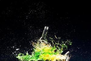 eine Flasche zerbrechen foto