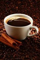 Zusammensetzung mit einer Tasse Kaffee und Bohnen foto