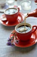 Tasse Kaffee wird eingegossen foto