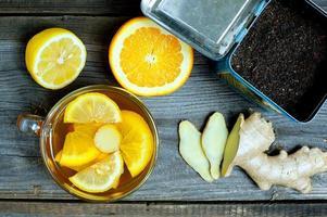 Ingwertee mit Orange und Limon foto