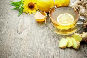 Tasse Ingwertee mit Honig und Zitrone foto
