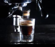 Espressomaschine, die einen Kaffee brüht foto
