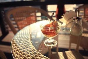 Eis auf einem Tisch in einem Café foto