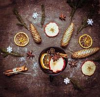 heißer Wein Punsch in Tasse mit Wintergewürzen und Früchten foto