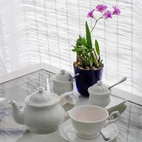 Keramikutensilien auf Tisch mit Blumendekor