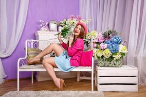 Mädchen mit einem Strauß Maiglöckchen lacht foto