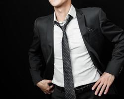 Mann im Anzug auf einem schwarzen Hintergrund foto