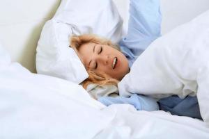 lächelnde Frau in ihrem Schlafzimmer