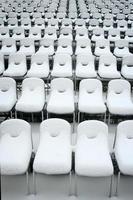 weiße Plastikstühle foto