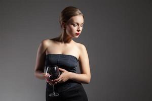 schöne Frau mit Weinglas, Retro-Stilisierung foto