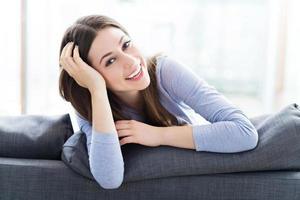 Frau entspannt sich auf dem Sofa foto