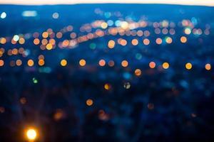 Stadtlichter am Abend mit unscharfem Hintergrund