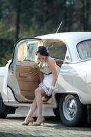 Braut im weißen Hochzeitsauto foto