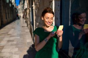 Frau mit Handy in der Altstadtstraße foto