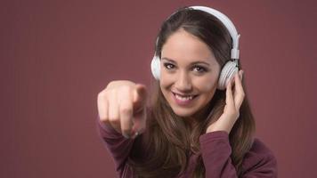 lächelnde Frau mit Kopfhörern foto