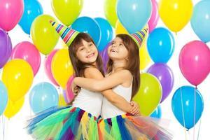 zwei kleine Mädchen auf der Geburtstagsfeier foto